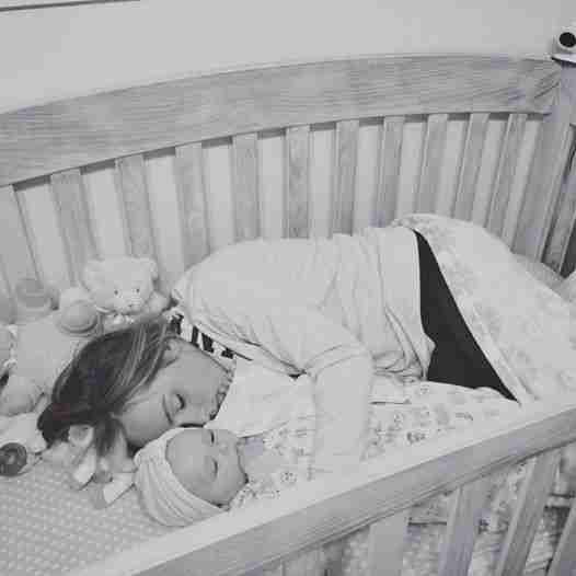 Ρώτησε γιατί κανένα από τα 100 μωρά στο ορφανοτροφείο δεν κλαίει. Η απάντηση θα τη στοιχειώνει για πάντα.
