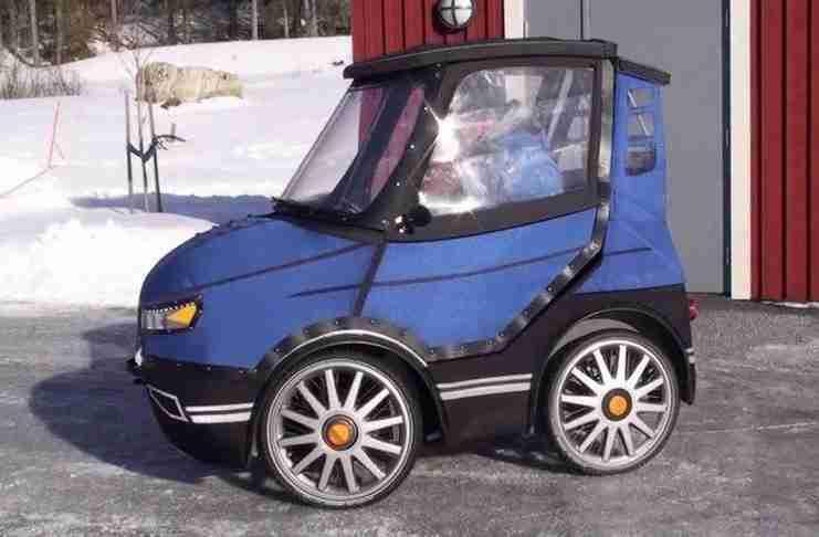 Μοιάζει με το μικρότερο αυτοκίνητο στον κόσμο. Αλλά δείτε τι συμβαίνει όταν ανοίγει τη πόρτα..