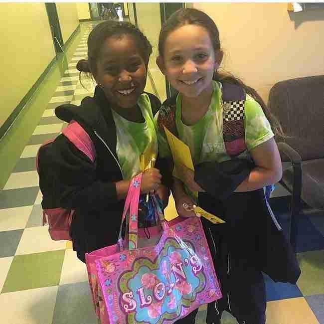 Γνωρίστε το 9χρονο κοριτσάκι που φτιάχνει τσάντες και τις μοιράζει στις άστεγες γυναίκες της πόλης της!
