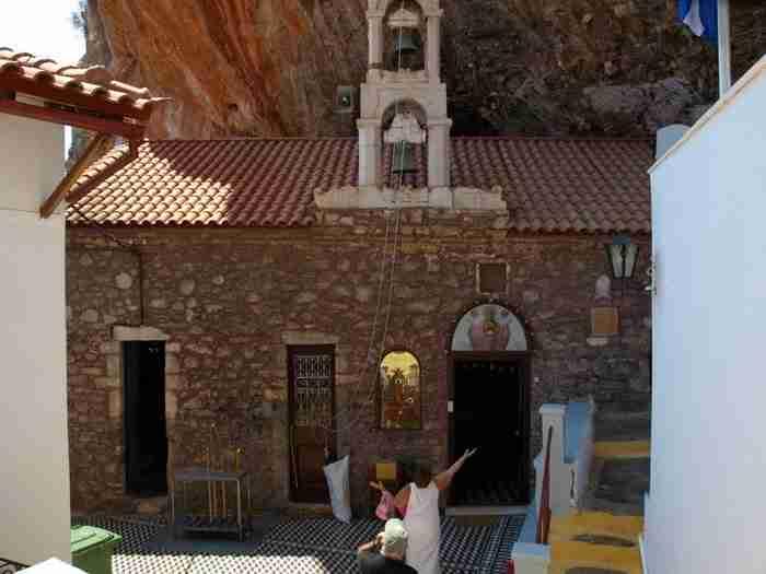 Μονή Έλωνας: Το μοναστήρι που βρίσκεται γατζωμένο σε ένα κόκκινο βράχο!