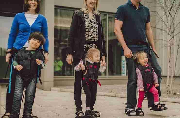 Μια μαμά σχεδίασε μια συσκευή που βοηθάει παιδιά με εγκεφαλική παράλυση να περπατήσουν