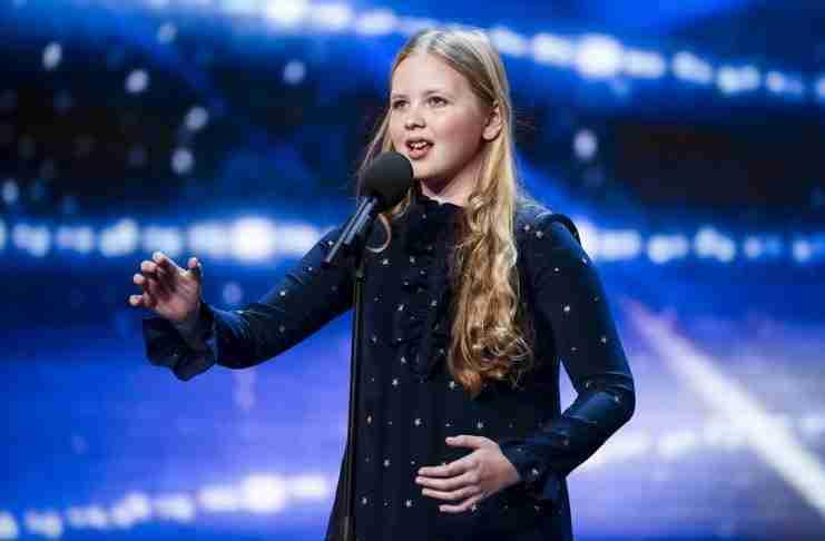 """Η μικρή αλλά πολύ ταλαντούχα Beau Dermott ανέβηκε στη σκηνή και εντυπωσίασε τους κριτές με την ερμηνεία της στο """"Defying Gravity"""" από το μιούζικαλ Wicked."""