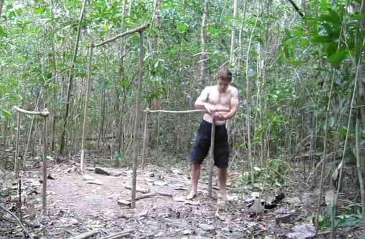 Έφτιαξε μια απίθανη καλύβα στο δάσος χρησιμοποιώντας μόνο χώμα, ξύλα και πέτρες!
