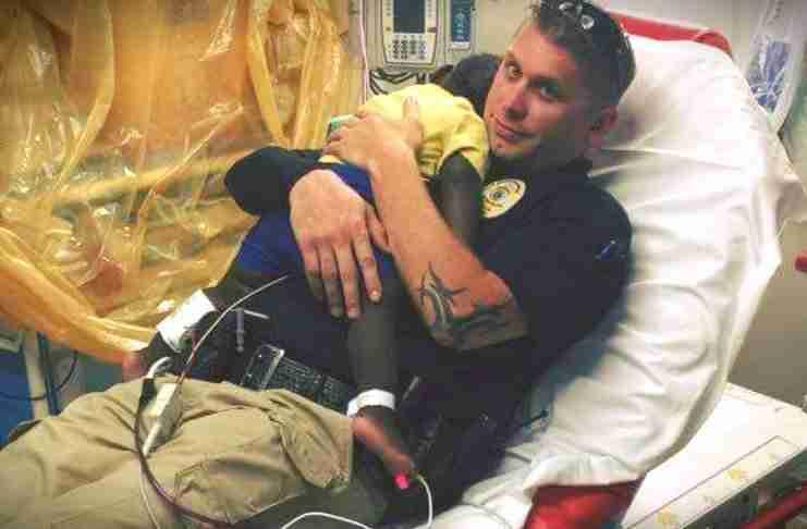 Η φωτογραφία αυτού του αστυνομικού έγινε viral. Ο κόσμος χρειάζεται περισσότερους σαν και αυτόν