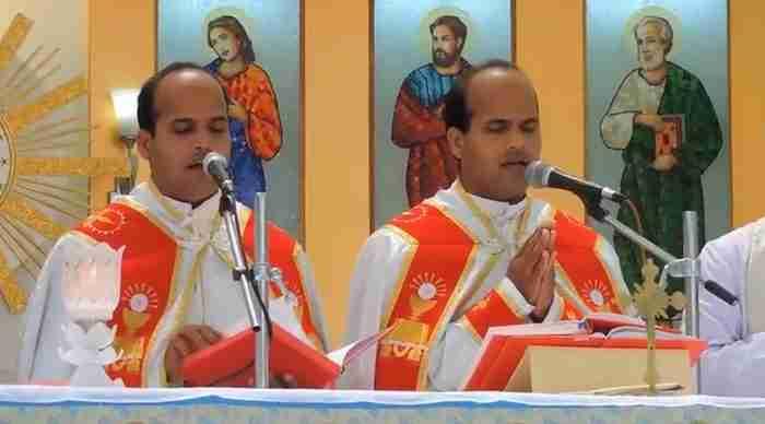Δυο δίδυμα αδέρφια παντρεύτηκαν δυο δίδυμες αδερφές. Και οι ιερείς.. ήταν και αυτοί δίδυμοι.