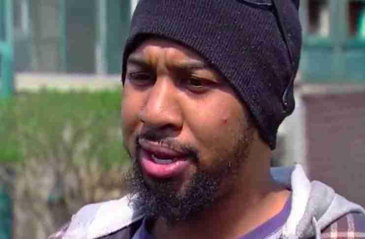 Ο αστυνομικός τον σταμάτησε επειδή είχε φιμέ τζάμια. Στη συνέχεια είδε το παιδί στο πίσω κάθισμα