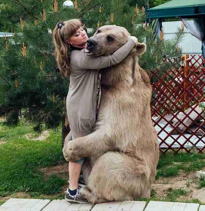 Πριν από 23 χρόνια βρήκαν ένα ορφανό αρκουδάκι. Σήμερα ζει ακόμα μαζί τους στο σπίτι τους!