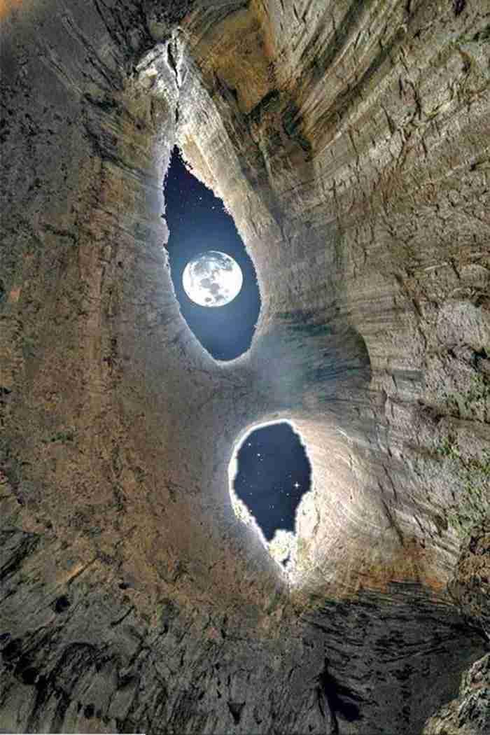 Το εντυπωσιακό σπήλαιο με τις τρύπες που οι ντόπιοι αποκαλούν τα «μάτια του Θεού»!