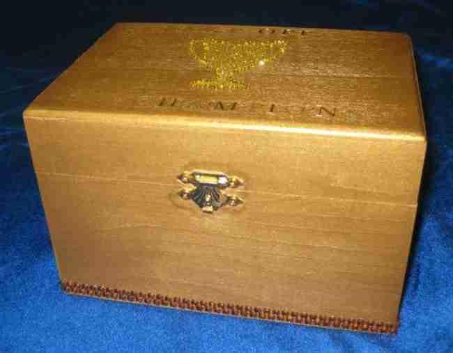 Όταν ήταν παιδί πάντα αναρωτιόνταν τι έκρυβε το κουτί πάνω στο γραφείο. Ώσπου μια μέρα, κατάλαβε..
