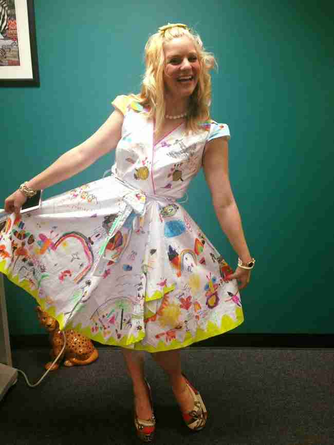 Αυτή η δασκάλα φορούσε ένα περίεργο φόρεμα τη τελευταία μέρα του σχολείου. Δείτε τι είχε πάνω!