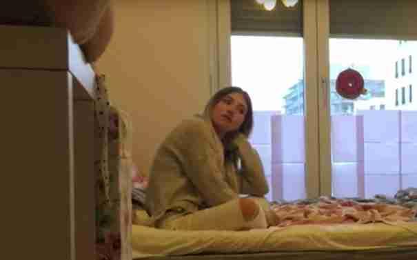 Κρύφτηκε κάτω από το κρεβάτι για να δει αν ο φίλος της είναι πιστός. Σοκαρίστηκε με αυτό που είδε..