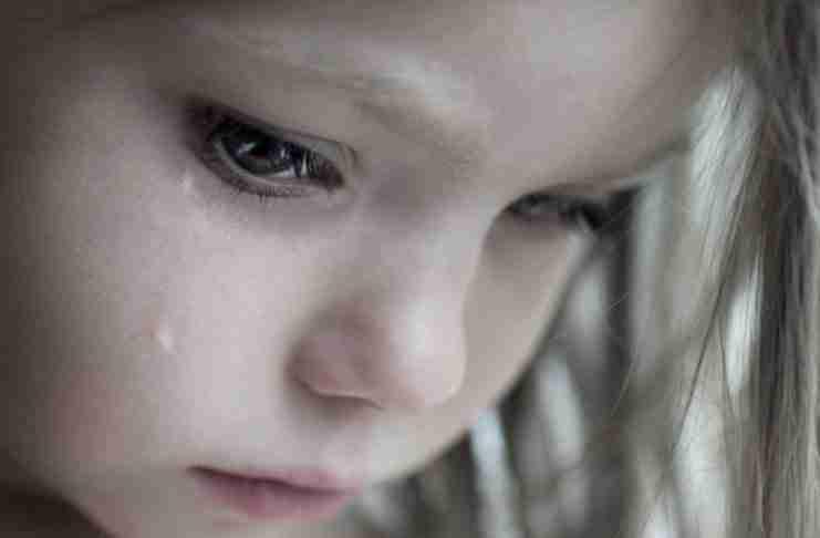 Δεν μπορούσε να βλέπει το κopιτσάκι να κλαίει επειδή του ξύριζαν τα μαλλιά. Έτσι έκανε κάτι απίθανο..