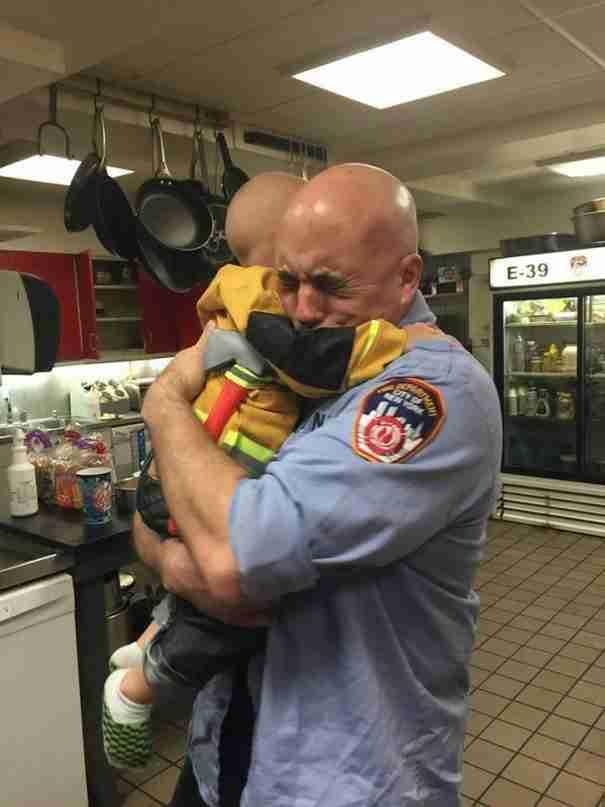 Ένα παιδί πέφτει στην αγκαλιά ενός άγνωστου άντρα. Αυτό που συνέβη στη συνέχεια είναι απίστευτο!