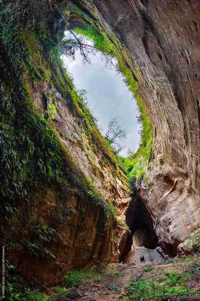 Ανάμεσα σε δυο βουνά στην Ηλεία υπάρχει ένα μοναστήρι με απίστευτη φυσική ομορφιά