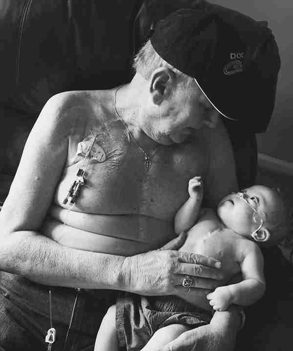 Παππούς και εγγονός, δυο μαχητές της ζωής σε μια ανεκτίμητη φωτογραφία..