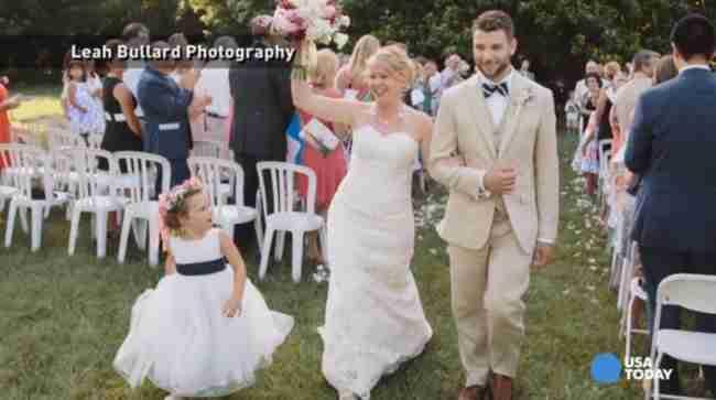 Ο γαμπρός να φιλήσει τη νύφη, είπε η φωτογράφος. Και το παρανυφάκι υπάκουσε..