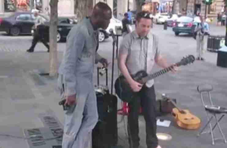 Αυτός ο μουσικός τραγουδούσε στο δρόμο όταν ξαφνικά εμφανίστηκε ο αγαπημένος του καλλιτέχνης!