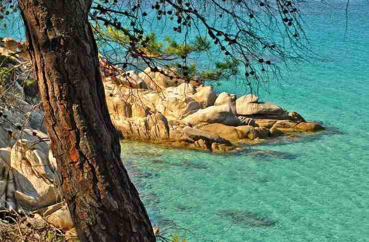 Η εξωτική παραλία της Χαλκιδικής με τα εντυπωσιακά λευκά βράχια και τα γαλαζοπράσινα νερά.