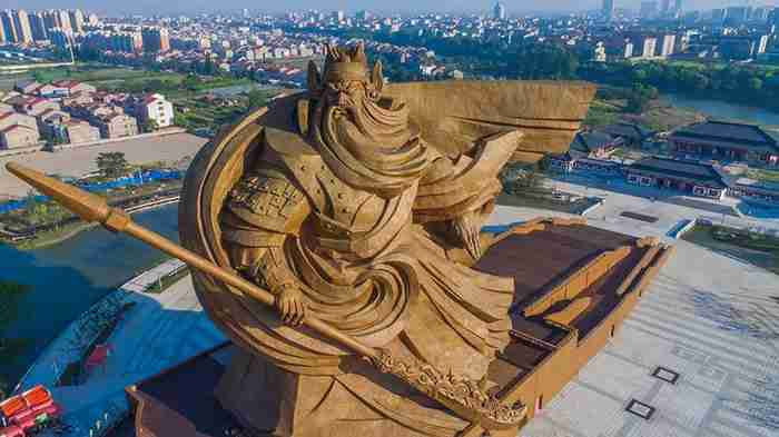 Στην Κίνα κατασκεύασαν ένα γιγάντιο άγαλμα 1,320 τόνων αφιερωμένο στον θεό του πολέμου!