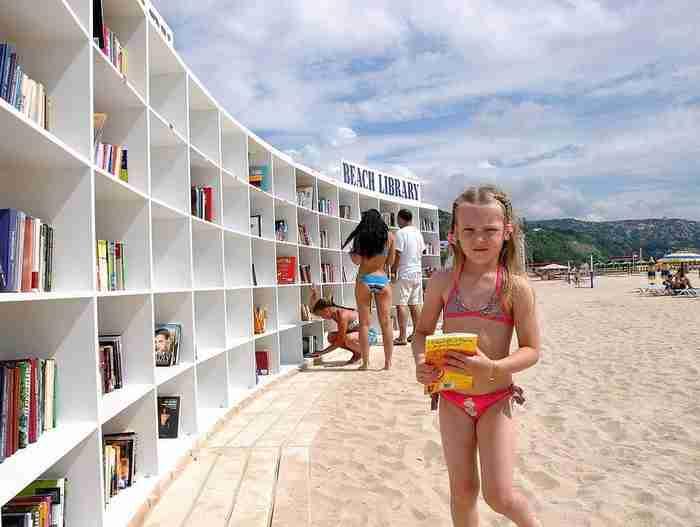 Αυτή η εκπληκτική βιβλιοθήκη βρίσκεται σε παραλία της Βουλγαρίας