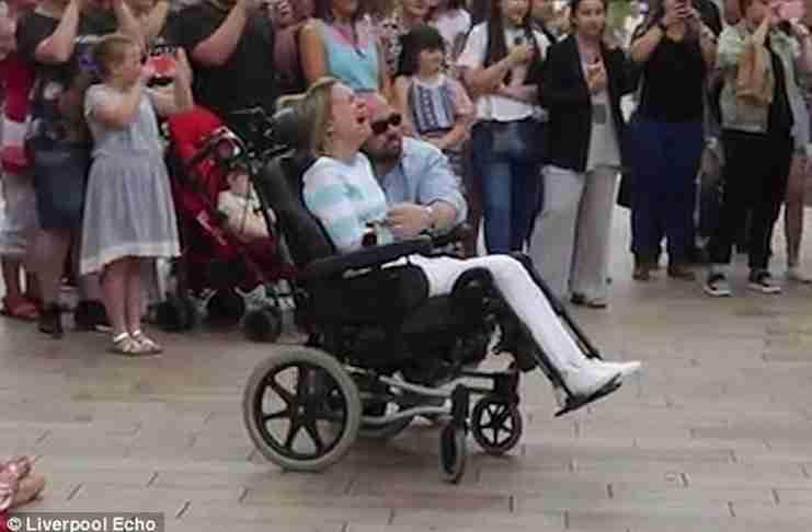 Χάρισε στη σύζυγο του που παραμένει καθηλωμένη σε αναπηρικό καροτσάκι, το πιο όμορφο δώρο για την επέτειο του γάμου τους.