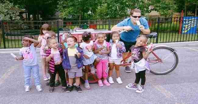 Ο Έλληνας που μοιράζει δωρεάν παγωτά στα φτωχά παιδάκια!