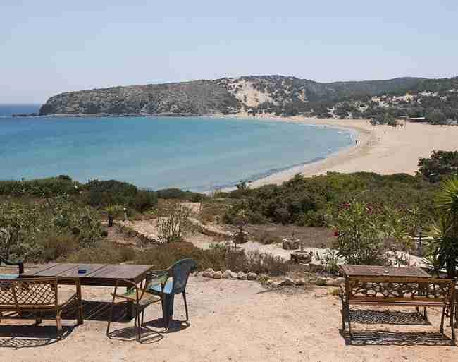 """Το πανέμορφο, μικροσκοπικό νησί με την γιγάντια καρέκλα που γράφει """"Χαμογελάστε, Χαλαρώστε""""."""