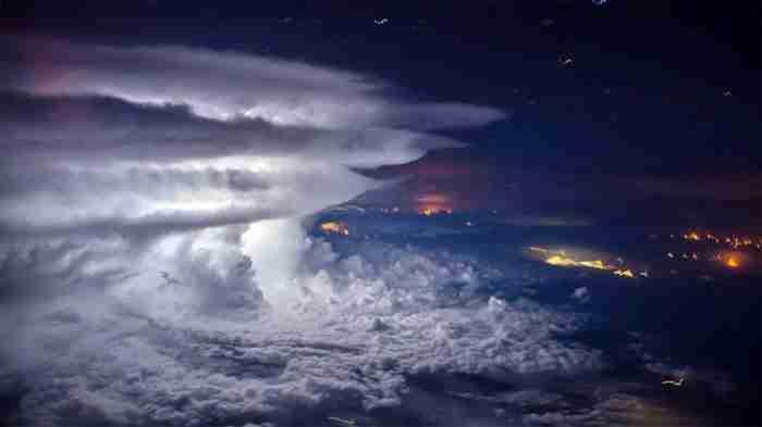 Ένας πιλότος τράβηξε μια εντυπωσιακά όμορφη φωτογραφία καταιγίδας από τα 37.000 πόδια