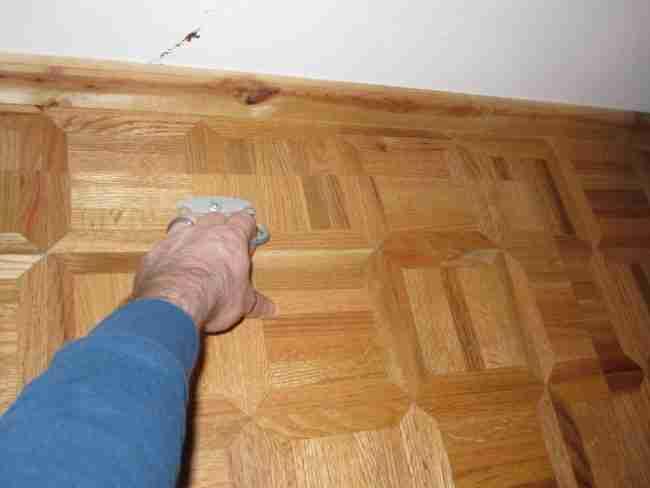 Βρήκαν αυτό το κλειδωμένο κουτί κάτω από το πάτωμα του σπιτιού τους. Όταν το άνοιξαν, βρήκαν ένα μικρό θησαυρό!