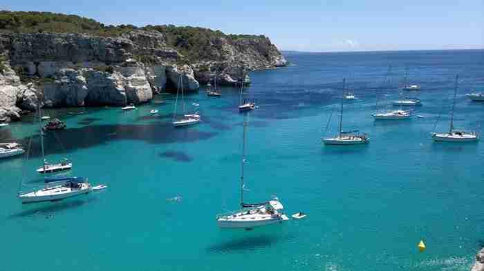 Υπάρχει ένα νησί όπου η θάλασσα είναι τόσο καθαρή, που νομίζεις ότι τα σκάφη αιωρούνται!