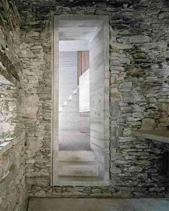 Εξωτερικά αυτό το σπίτι μοιάζει έτοιμο να καταρρεύσει. Στο εσωτερικό του όμως κρύβει την απόλυτη πολυτέλεια