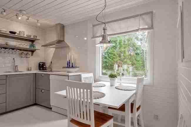 Αυτό το μικρό λευκό σπίτι στη Σουηδία κρύβει μια απίστευτη ομορφιά στο εσωτερικό του