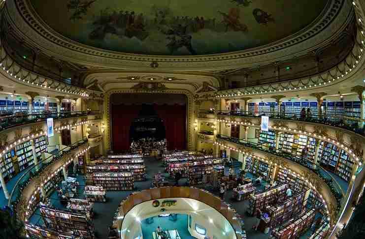 Η δεύτερη πιο όμορφη βιβλιοθήκη στον κόσμο πριν από 100 χρόνια λειτουργούσε ως θέατρο!