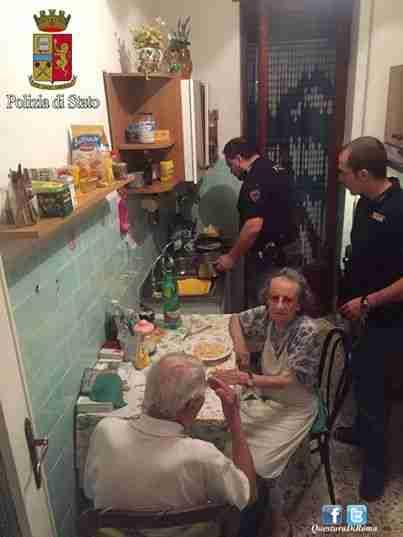 Αστυνομικοί στην Ιταλία βρήκαν ζευγάρι ηλικιωμένων στο σπίτι τους να κλαίνε και τους μαγείρεψαν μακαρονάδα
