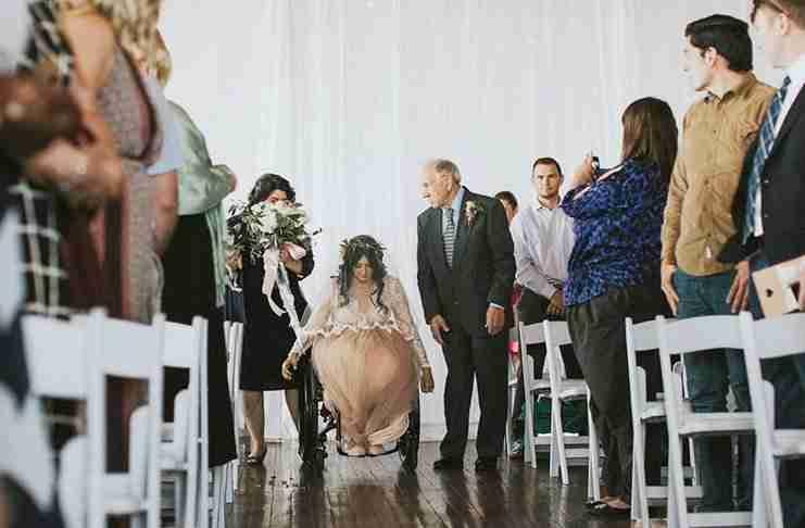 Tης είχαν πει πως δεν θα περπατήσει ποτέ. Εκείνη όμως σηκώθηκε και χόρεψε στον γάμο της