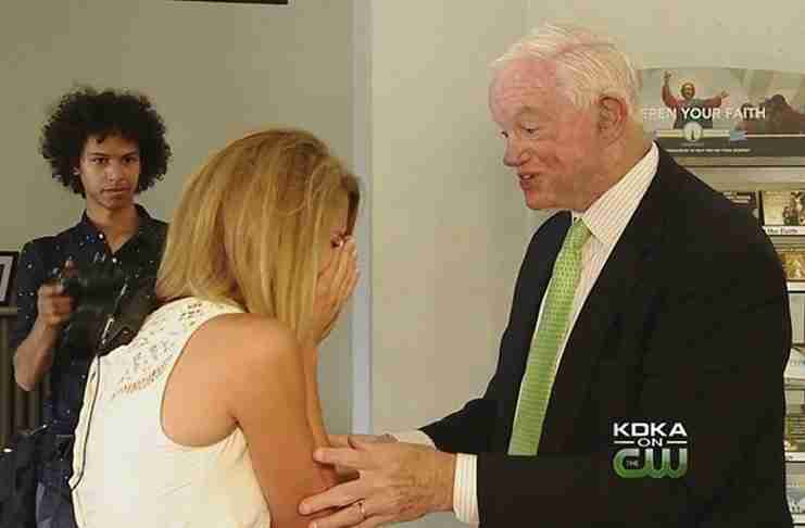 Αναζήτησε τον άντρα που ζει με την καρδιά του πατέρα της και του ζήτησε να την συνοδέψει στο γάμο της