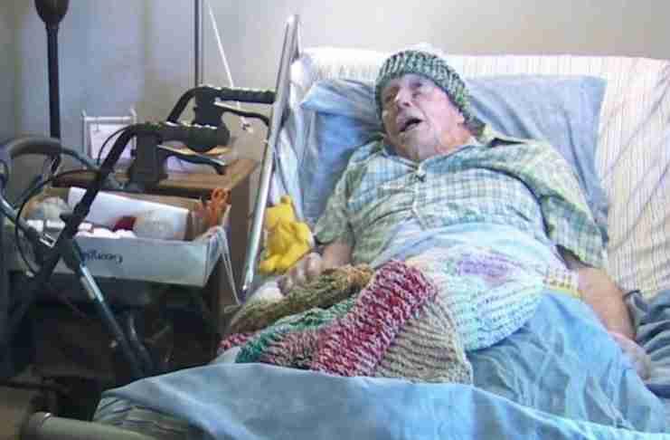 91χρονος καρκινοπαθής τα τελευταία 15 χρόνια πλέκει ασταμάτητα σκουφιά για τους άστεγους