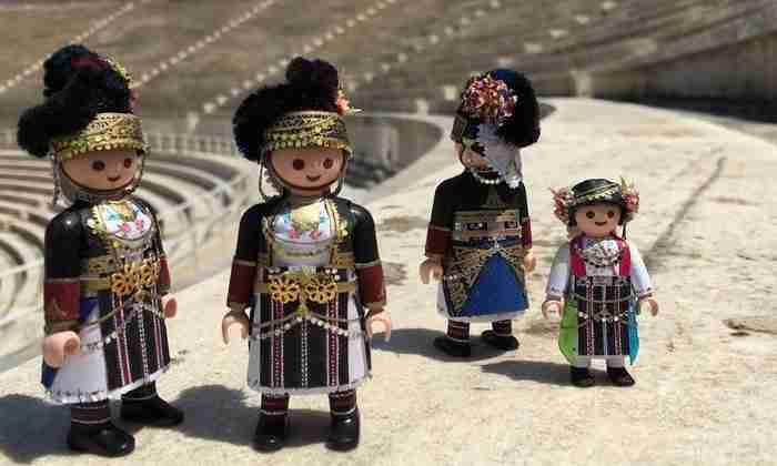 Πέτρος Καμινιώτης: Ο 19χρονος Έλληνας που ντύνει τα Playmobil Καραγκούνες