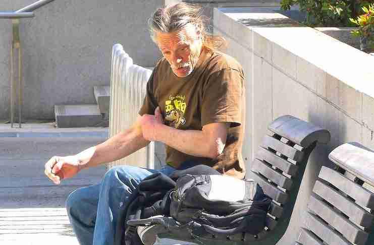 Έβαλε κρυφά στο σακίδιο ενός άστεγου χρήματα. Η αντίδραση του άστεγου θα σας συγκινήσει πραγματικά.