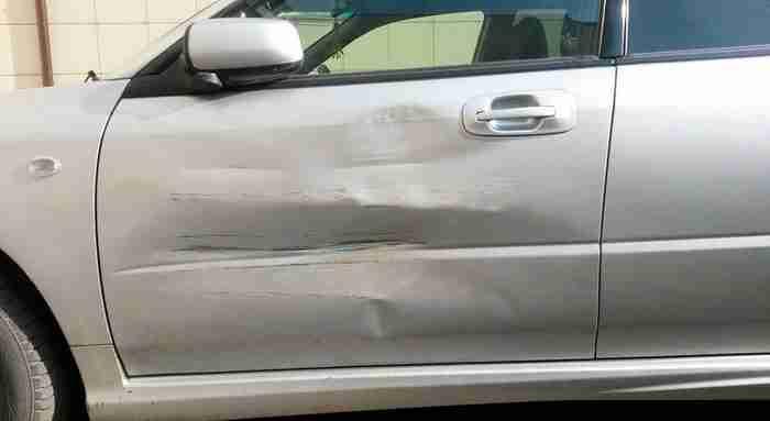 Όταν ένα φορτηγό χτύπησε το αυτοκίνητό του, ένας Ρώσος αποφάσισε να διορθώσει ζημιά με τον πιο δημιουργικό τρόπο