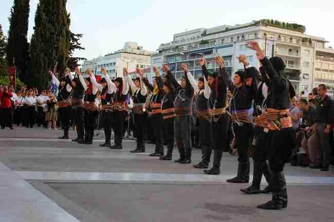 Πυρρίχιος: Ο πολεμικός χορός των αρχαίων Ελλήνων που χορεύουν οι Πόντιοι οπλισμένοι και ντυμένοι με μαύρα ρούχα.