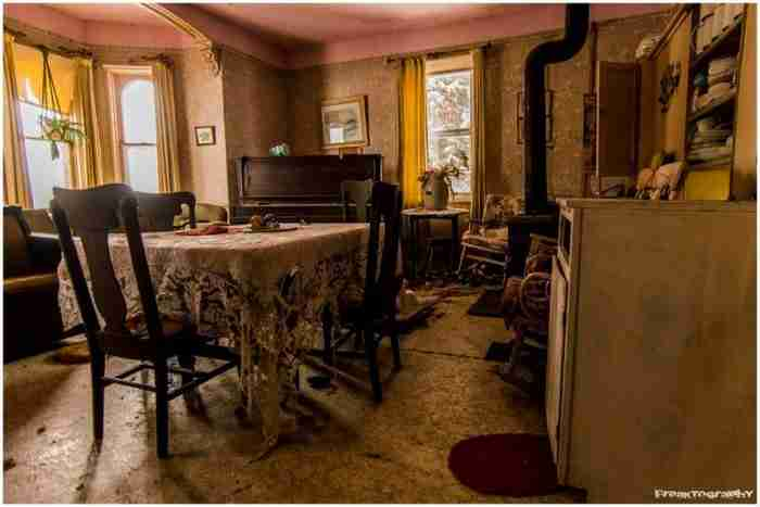 Όταν ανακάλυψε αυτό το εγκαταλελειμμένο σπίτι δεν μπορούσε να μην φωτογραφίσει το εσωτερικό του. Είναι απλά.. καταπληκτικό!