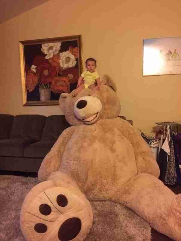 Ένας παππούς χάρισε στην εγγονή του το πιο μεγάλο λούτρινο αρκουδάκι που είδατε ποτέ!