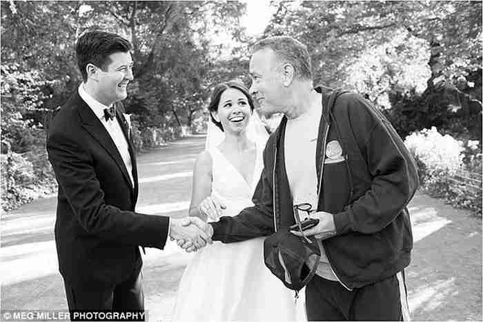 Η αμήχανη στιγμή όταν βλέπεις τον Τομ Χάνκς να έρχεται ακάλεστος στον γάμο σου..