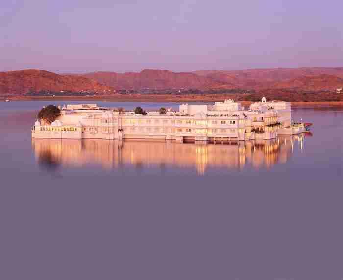 Αυτό το ξενοδοχείο κάθε βράδυ μοιάζει σαν να.. επιπλέει στο νερό!