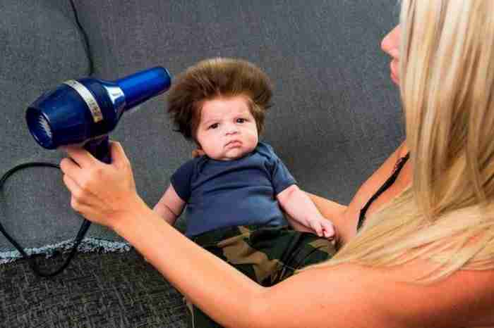 Το απίστευτο μωρό που καίει καρδιές με τα μαλλιά του. Περαστικοί σταματάνε στο δρόμο και το χαζεύουν