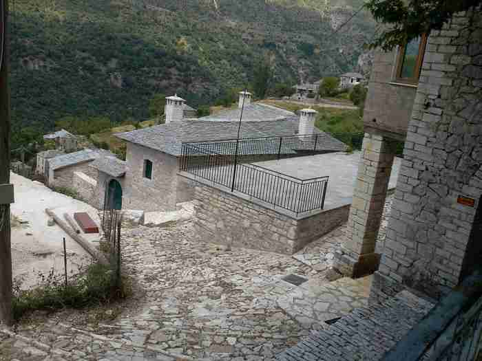 Σε αυτά τα λιθόστρωτα καλντερίμια θα θέλετε να χαθείτε για πάντα: Οι 10 πιο γραφικοί φθινοπωρινοί προορισμοί στην Ελλάδα