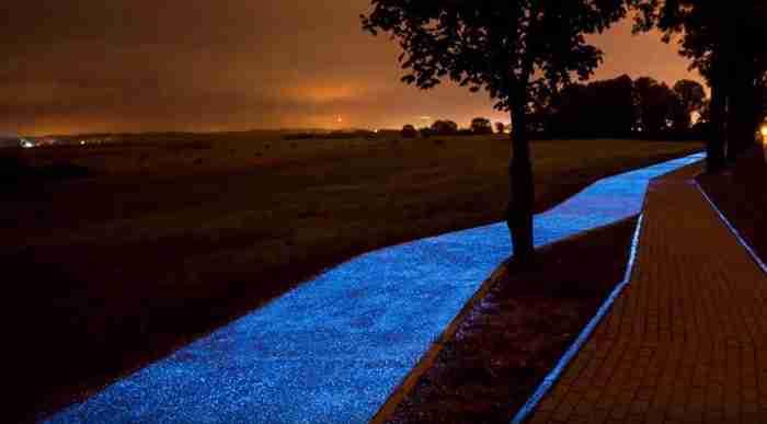 Στην Πολωνία κατασκεύασαν έναν μαγευτικό ποδηλατόδρομο που.. λάμπει στο σκοτάδι