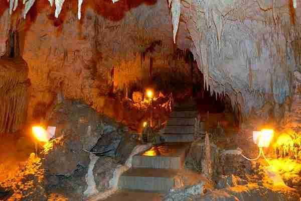 Θαύμα της φύσης: Το μοναδικό σπήλαιο στην Ελλάδα που το διασχίζει ποτάμι σε ολόκληρο το μήκος του