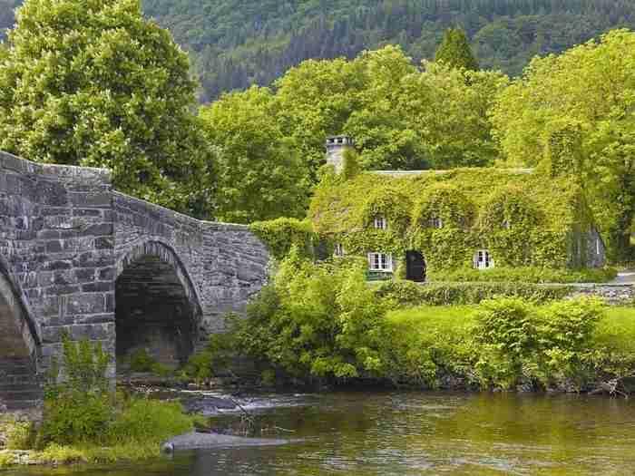 Το υπέροχο κτίριο επτά αιώνων που αλλάζει χρώμα ανάλογα με την εποχή. Βρίσκεται στην Ουαλλία και θυμίζει παραμύθι